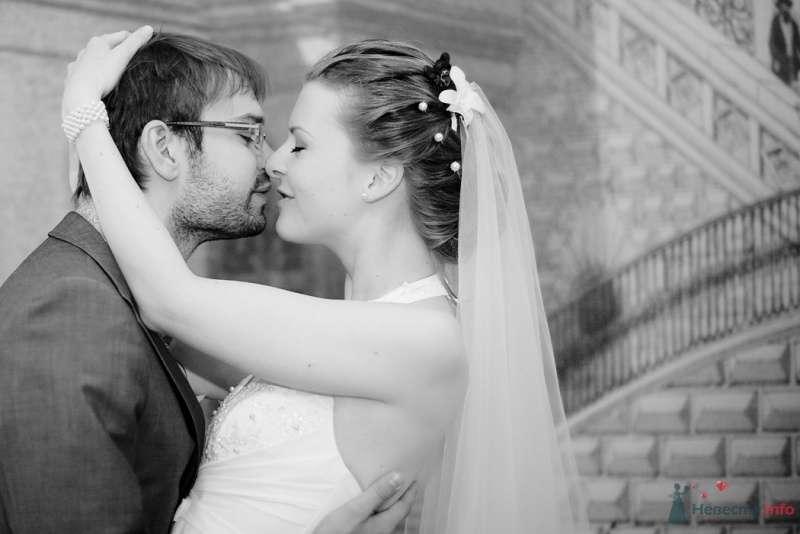 Жених и невеста стоят, прислонившись друг к другу, на фоне серого дома - фото 57870 Фотограф Мария Ширяева (KAIOSHK)