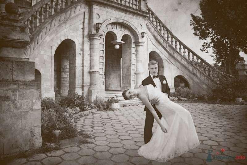 Жених держит на руках невесту на фоне старого здания - фото 57921 Фотограф Мария Ширяева (KAIOSHK)