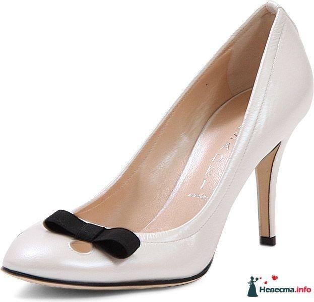 Бежевые туфли на шпильке, спереди черные бантик. - фото 92813 Невестушка