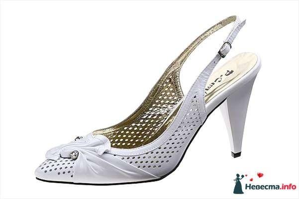 Белые с перфорацией босоножки на каблуке, спереди брошка. - фото 92821 Невестушка