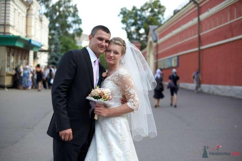 Жених и невеста стоят, прислонившись друг к другу, посреди улицы - фото 34659 кАтенок24