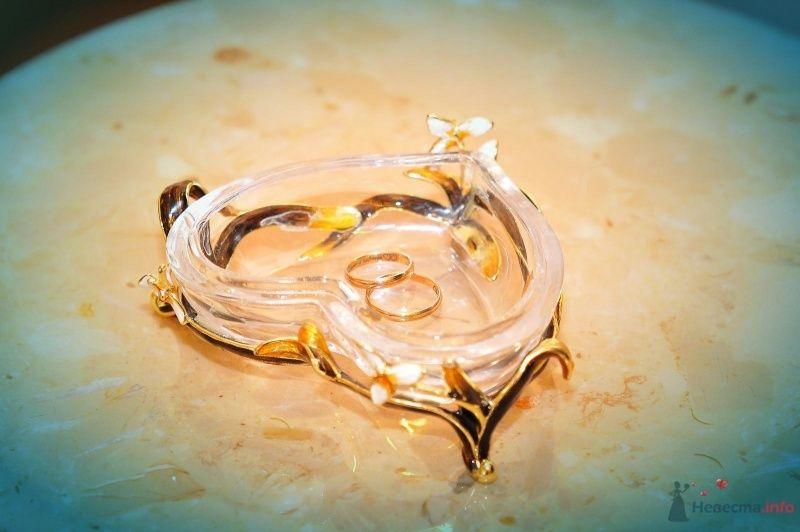 Хрустальное сердце для колец в золотой подставке в качестве подушечки - фото 57454 blondperl