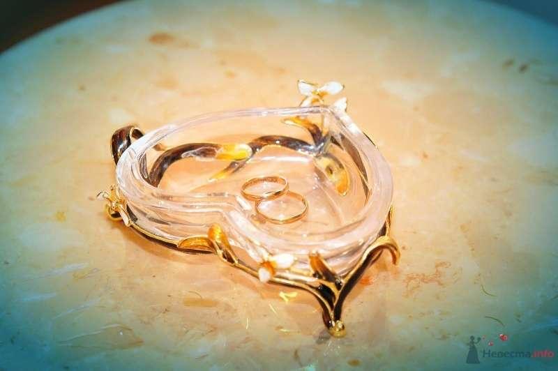 Хрустальное сердце для колец в золотой подставке в качестве подушечки для колец - фото 57454 blondperl