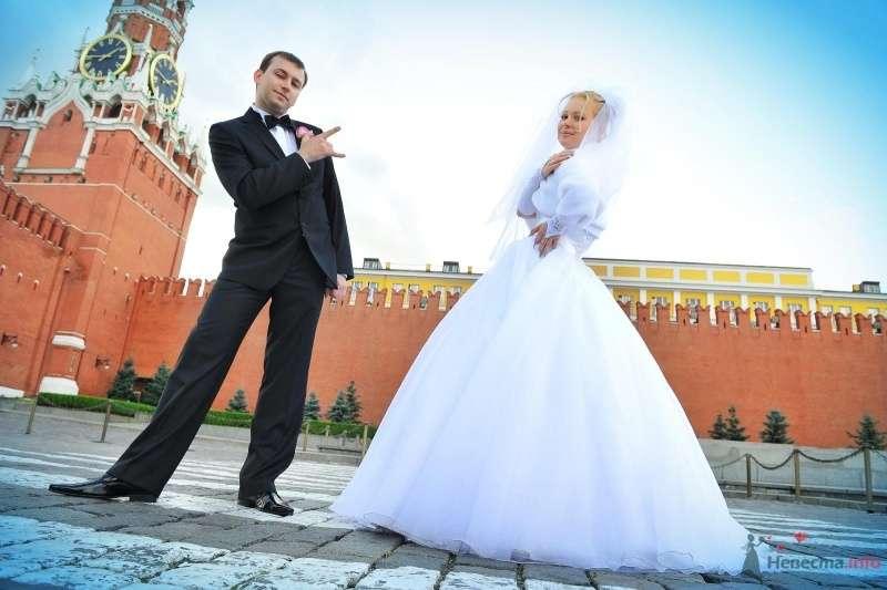 Жених и невеста стоят на фоне кирпичного дома - фото 57467 blondperl