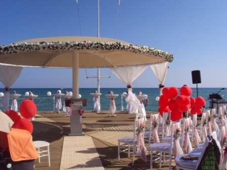 композиция цветочная на зонт на пирсе. - фото 1020043 TUANA Организация свадьб и торжеств в Анталии