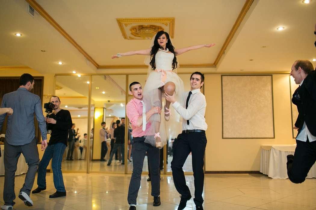 Танец с друзьями: начинался как суперский флеш моб. Ребята отжигали как могли! - фото 2452421 Свадебный распорядитель, выездной регистратор Ирэм