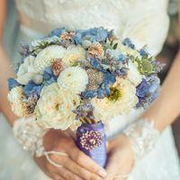Бело-голубой букет невесты из фиалок и роз
