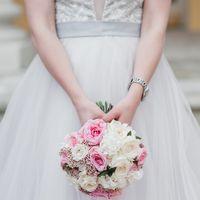 Ароматные пионовидные розы, нежнейший лизиантус, веточки питоспорума, необычный озотамнус, белоснежный диантус - все это стало прекрасным составом свадебного букета нашей невесты Юлии!