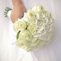 Белый букет невесты из роз и гортензий