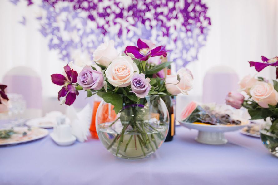 Сам президиум был оформлен шаровидными вазами с цветочными композициями, наделившими праздник особенно уютной атмосферой. Фотограф: Роман Шаец  - фото 15723638 Special Event - студия декора