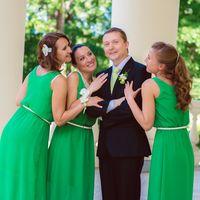 Жених и подружки невесты в зеленом