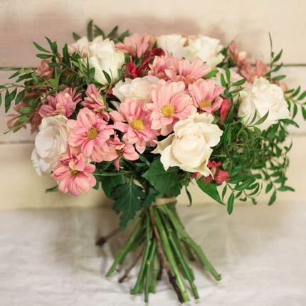 Букет невесты из роз, хризантемы и альстромерии
