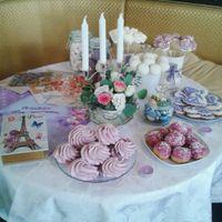 Сладкий стол, украшенный свечами, вазочками и прочими приятностями.