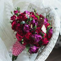 сочный малиновый букет с тюльпанами  и розами