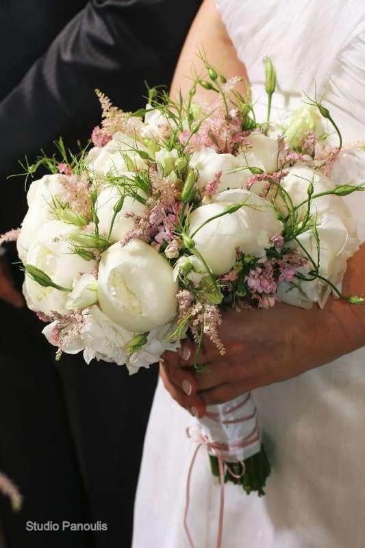 """Букет невесты из розовой астильбы, белых пионов и эустом, декорированный белой и розовой лентой - фото 1152729 Студия флористики и дизайна """"Kiss"""""""