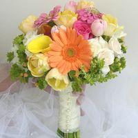 Свадебный букет. Кустовая роза, гербера, каллы, тюльпаны,  розовая роза, циния, хиперикум, манжетка, ручка декорирована лентой и жемчужинами. Цена 3500 руб.
