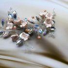 украшение в прическу невесты с цветами нежно персикового цвета и жемчугом