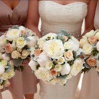 Букет невесты и подружек сделан в одном стиле.