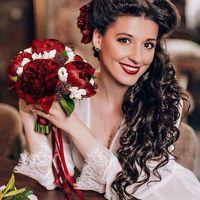 Очаровательная невеста Анастасия. Фото : @annakiseliova  Макияж и супер прическа: @tomusia__  Флористика: @viktorina_florist  #nevskyflorist#бордовыепионы#букетневесты#необычно#свадьбамечты#