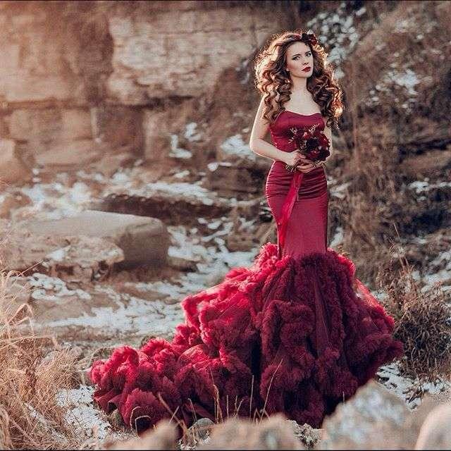 PH: @annakiseliova  MUAH: @tomusia__  Model: @l_elena_a  Dress: @  Florist: @viktorina_florist  #nevskyflorist#марсалабукет#венок#фотосессия#красноеплатьевпол# - фото 11096568 Флорист Савинова Виктория
