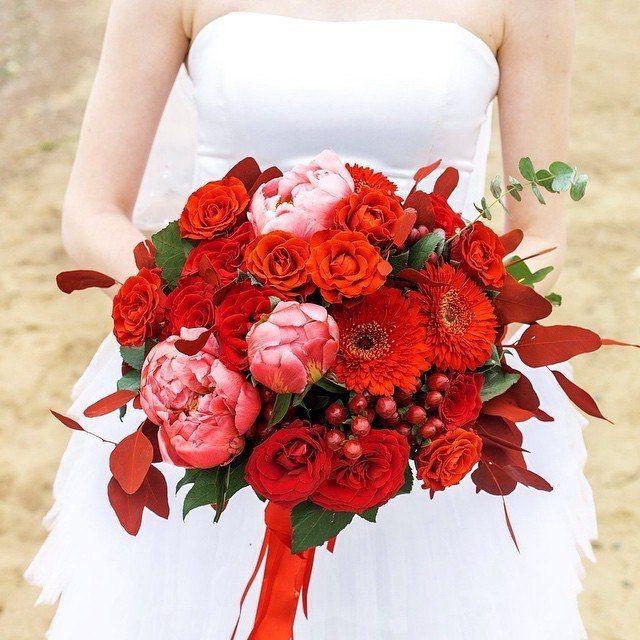 Букет на фотопроекте)  Флорист: @viktorina_florist  Фотограф: @livephotomeet  #wedding#bride#red#букет#красный#красиво# - фото 11096596 Флорист Савинова Виктория