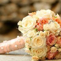 Агнес. Букет из кремовых, нежно-розовых и абрикосовых роз и белых кустовых роз - 2990р.