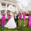 """Возле дворца жених в темном костюме, белом жилете, невеста в платье """"принцесса"""", фате, с букетом и подружки невесты в атласных платьях цвета фуксии коротких и длинных, приталенных, без рукава и платье-блузон"""