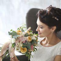 К сожалению, с невесто лично не знакома(( Букет получился нежный, немного винтажный.  Цветочный состав-гортензия, пионовидные розы, эустома, амми, гвоздика, эвкалипт, снежноягодник, астильба. Цена-5500 рублей.  Фото-Дарья Шумова.