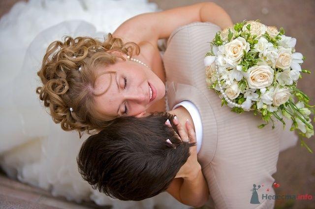 """Жених и невеста стоят, прислонившись друг к другу, она держит букет цветов - фото 66513 """"Первый танец"""""""