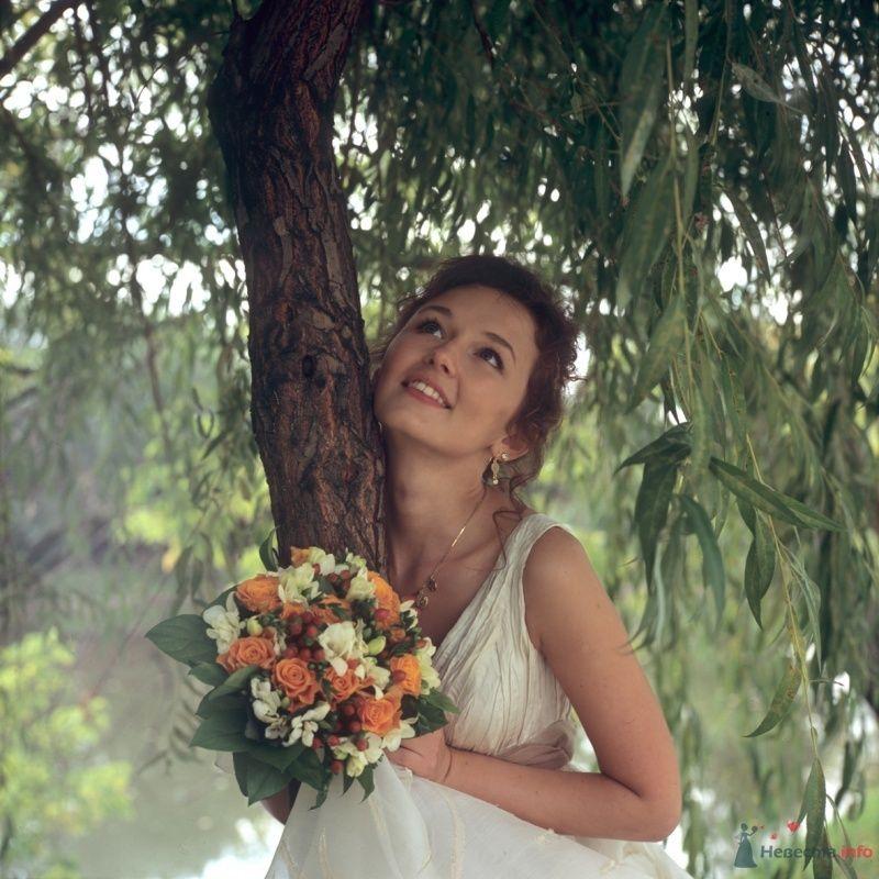 Невеста с букетом цветов стоит возле дерева - фото 60362 Денисок