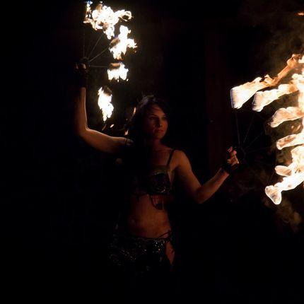 Огненное шоу в восточном стиле