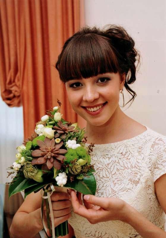 Букет невесты из зеленых хризантем, коричневых суккулентов, белых ягод снежноягодника и роз - фото 687813 Флорист Катерина Даммер