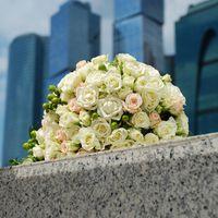 букет невесты из белых маленьких розочек на фоне москва сити