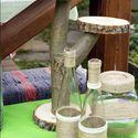 Спилы дерева и пенечки от дерева соединили саморезом и получилась такая подставка для сладкого. Бутылочки и баночки разных размеров и форм обмотали джутовой веревкой и хлопковым кружевом. В бутылочках будут стоять цветы на столах, в баночках будут лежать