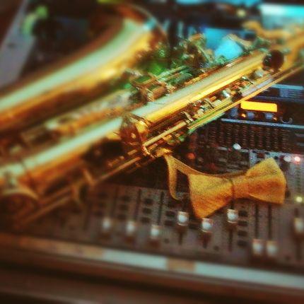 Поющий DJ c саксофоном и аккордеоном