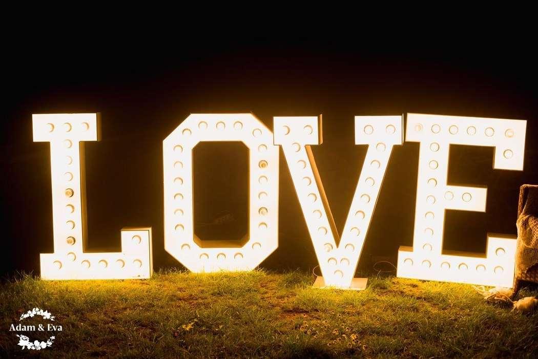 Вдохновлённые трендовым цветом этого сезона, организаторы свадебного агентства Адам и Ева  создали концепцию, которой соответствовали все детали - плоть до оттенка вина в бокалах. Завороживает своим изяществом и красотой декор свадьбы от рук мастеров  . Н - фото 11336450 Свадебное агентство Adam&Eva