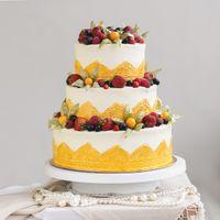 Свадебный торт с ягодами и золотым кружевом от Свит Бисквит