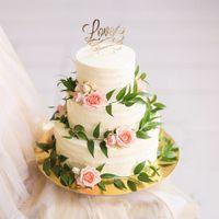 Торт с живыми цветами и веточками эвкалипта от Свит Бисквит
