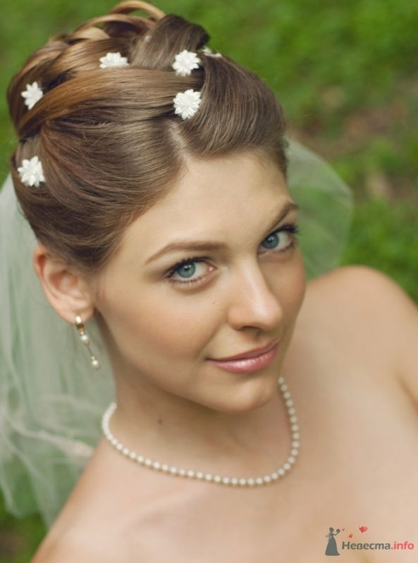 Свадебная прическа украшенная искуственными цветами и фатой, свадебный макияж