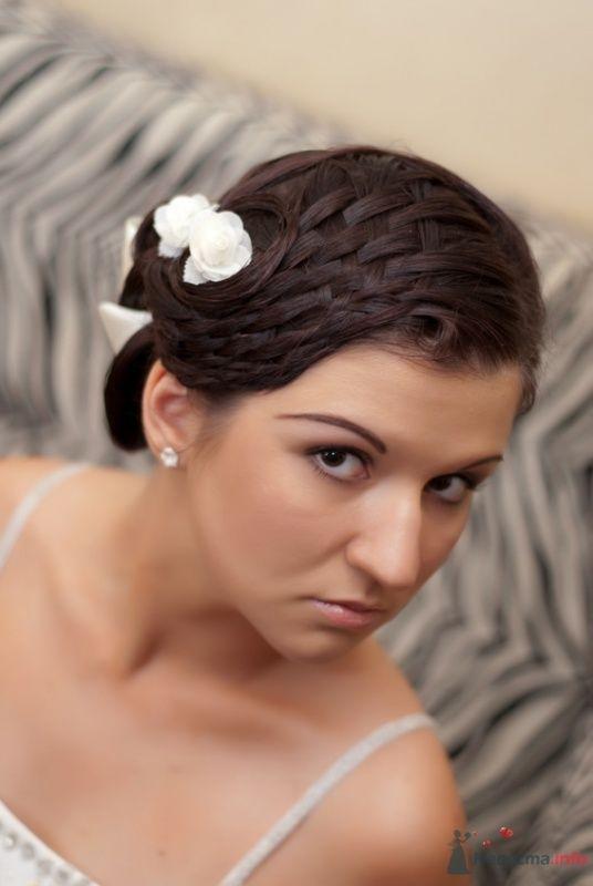Свадебная прическа с элементами плетения, украшенная лентой и цветами, свадебный макияж - фото 32974 Стилист-визажист Кандалова Елена