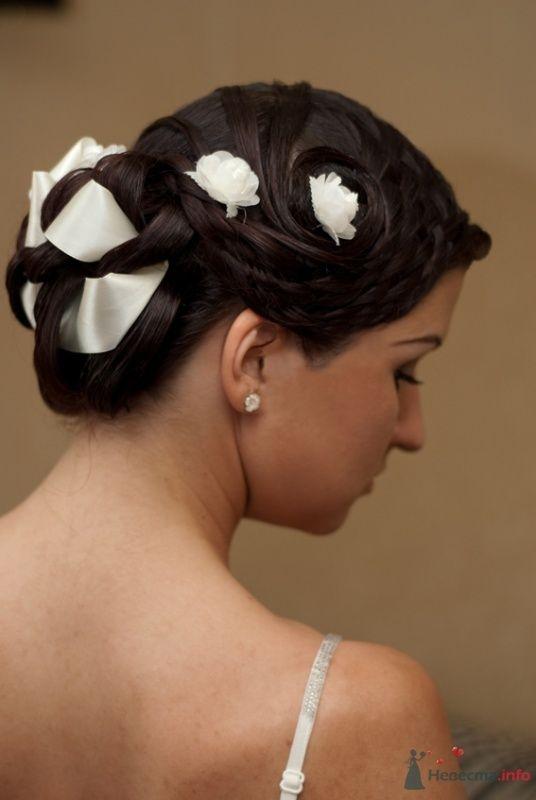 Свадебная прическа с элементами плетения, украшенная лентой и цветами, свадебный макияж - фото 32975 Стилист-визажист Кандалова Елена