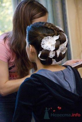 Свадебная прическа на длинные волосы с элементами плетения, украшенная кружевом. Свадебный макияж.