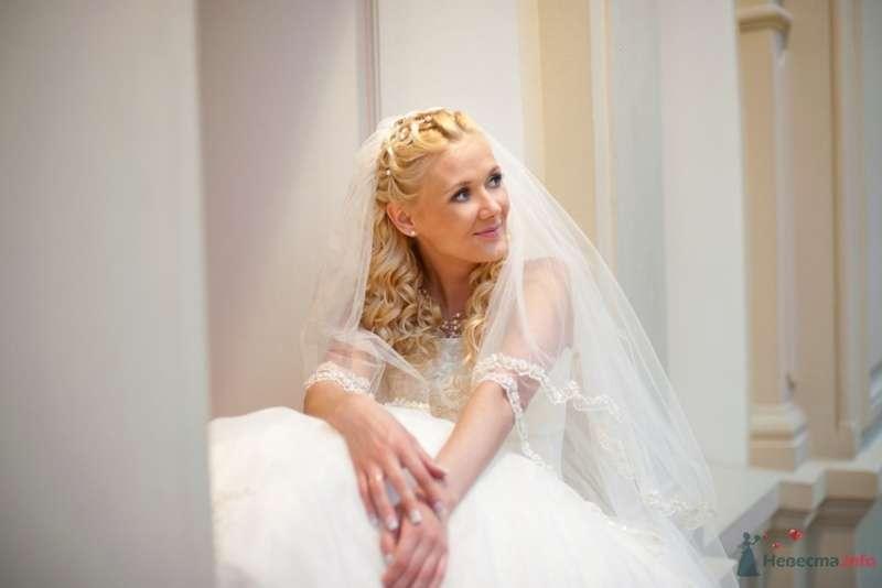 Свадебная прическа на длинные волосы, украшенная стразами и фатой. Свадебный макияж - фото 69314 Стилист-визажист Кандалова Елена