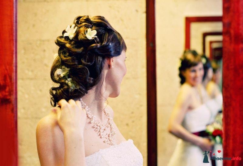 Свадебная прическа на волосы средней длины, украшенная живыми орхидеями - фото 81856 Стилист-визажист Кандалова Елена