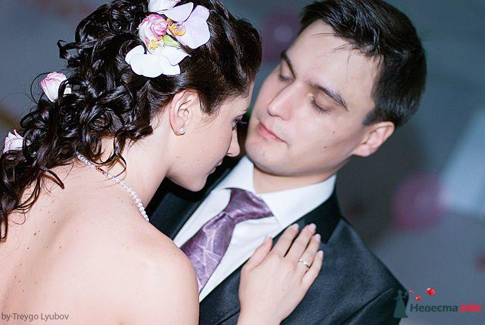 Свадебная прическа на длинные волосы, украшенная живыми цветами. Свадебный макияж - фото 129287 Стилист-визажист Кандалова Елена
