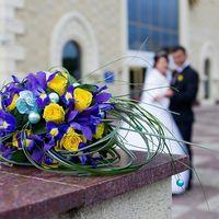 Букет невесты с сиреневыми ирисами и желтыми розами