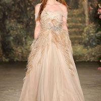 Свадебное платье коллекции 2017 Дизайнеры не перестают использовать перья и украшают ими различные элементы свадебных нарядов