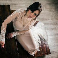 Свадебное платье, силуэта рыбка. Оно сочетает в себе романтичность, грациозность и практичность. Платье вручную задекорировано кордовым кружевом, которое украшено бисерными нитями, и жемчугом. Практичность платья заключается в том, что нижнее платье вы мо