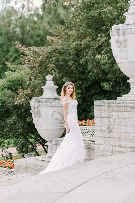 """Платье выполнено из стрейч-атласа, покрытого кордовым кружевом шантильи, декорировано элементами расшитыми бусинами и пайетам.  Свадебное платье на корсетной основе силуэта рыбка, на бретелях из кружева, с чашкой. Платье расширенное от линии бедер, длина  - фото 15879650  """"Romanov fashion house"""" - свадебный салон"""