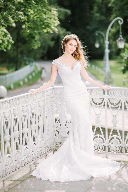 """Платье выполнено из стрейч-атласа, покрытого кордовым кружевом шантильи, декорировано элементами расшитыми бусинами и пайетам.  Свадебное платье на корсетной основе силуэта рыбка, на бретелях из кружева, с чашкой. Платье расширенное от линии бедер, длина  - фото 15879684  """"Romanov fashion house"""" - свадебный салон"""